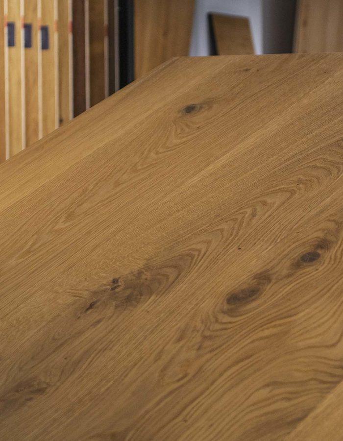 Admonter Landhausdiele Ondo Eiche Frijo purDer Klassiker unter den Holzböden - verleiht mit seinen hellen und dunkleren Farbausprägungen jedem Raum eine edle Atmosphäre. Die Dielen einer pur Sortierung sind naturastig mit ausgewogenem Astbild.
