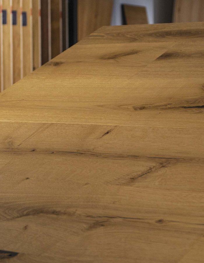 Admonter Landhausdiele Ondo Eiche Frijo lebhaftDer Klassiker unter den Holzböden - verleiht mit seinen hellen und dunkleren Farbausprägungen jedem Raum eine edle Atmosphäre. Die Dielen einer pur Sortierung sind naturastig mit ausgewogenem Astbild.
