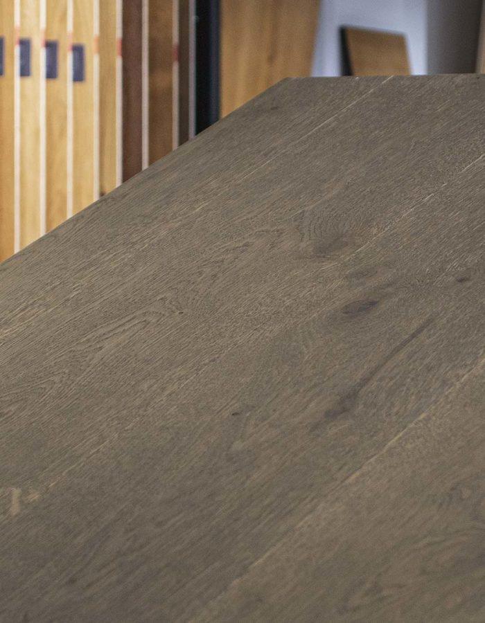 Admonter Landhausdiele Ondo Eiche Sanjo lebhaftDas dunkel gefärbte Holz lässt durch seine natürlichen Schattierungen die Natur in den eigenen 4 Wänden aufleben. Die Dielen einer pur Sortierung sind naturastig mit ausgewogenem Astbild.