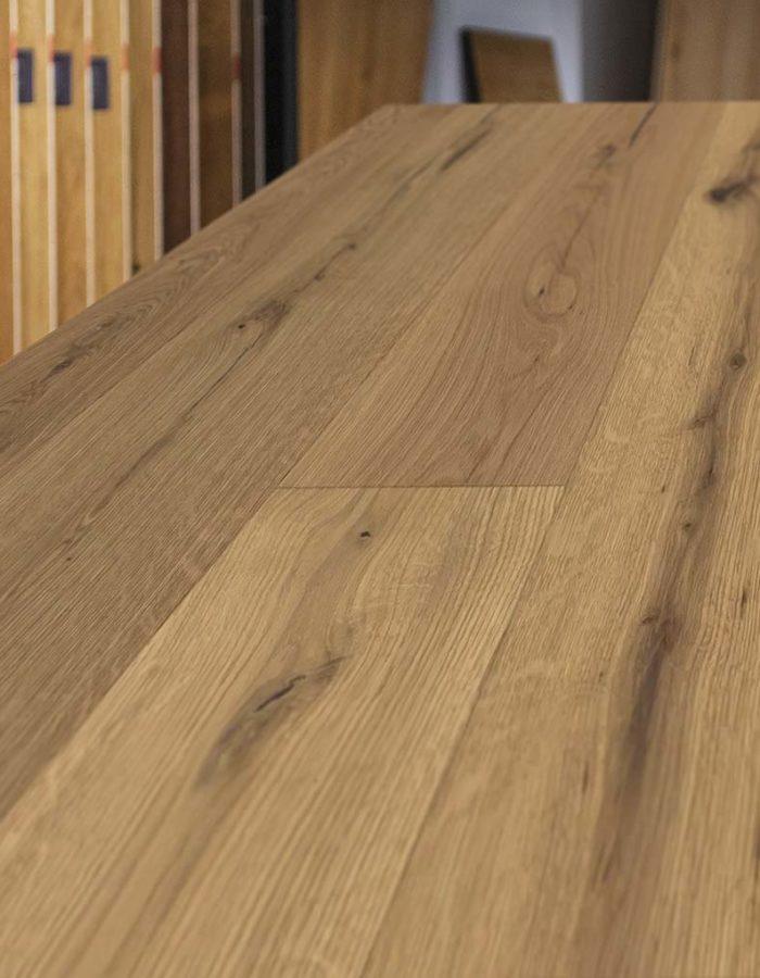 Admonter Landhausdiele Ondo Eiche Kimi lebhaftDas dunkel gefärbte Holz lässt durch seine natürlichen Schattierungen die Natur in den eigenen 4 Wänden aufleben. Die Dielen einer pur Sortierung sind naturastig mit ausgewogenem Astbild.