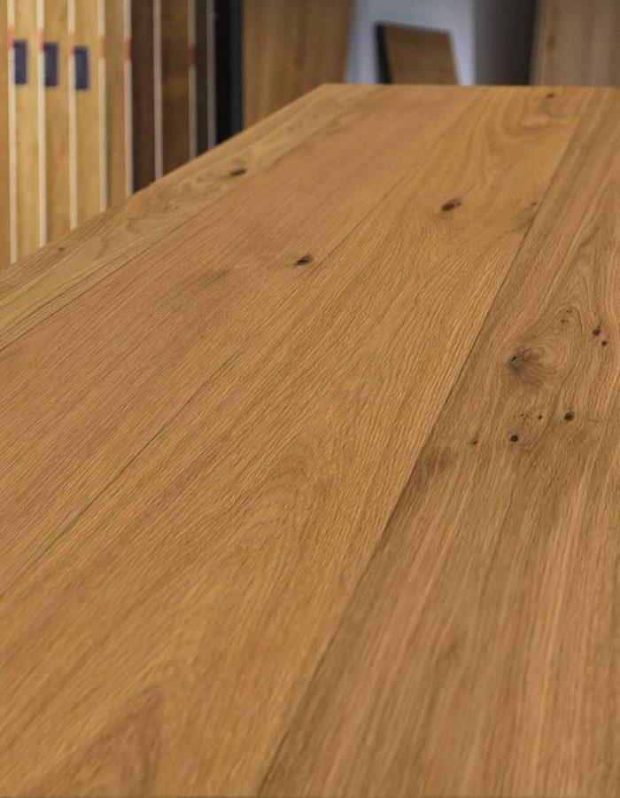 Admonter Landhausdiele Ondo Eiche Sanjo purDas dunkel gefärbte Holz lässt durch seine natürlichen Schattierungen die Natur in den eigenen 4 Wänden aufleben. Die Dielen einer pur Sortierung sind naturastig mit ausgewogenem Astbild.